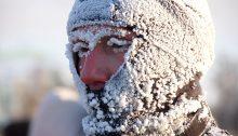 Un homme exposé au froid de l'hiver
