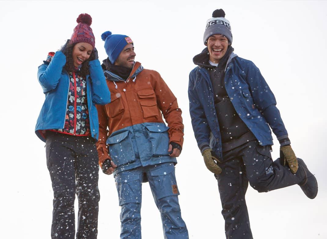 Trois personnes heureuses de porter leur manteau d'hiver