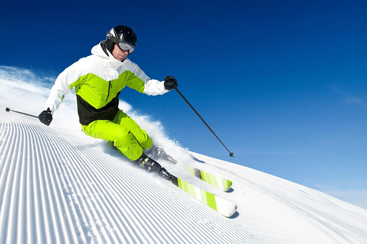 Un skieur en plein hiver
