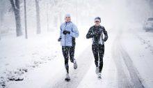 Deux sportifs en pleine tombée de neige